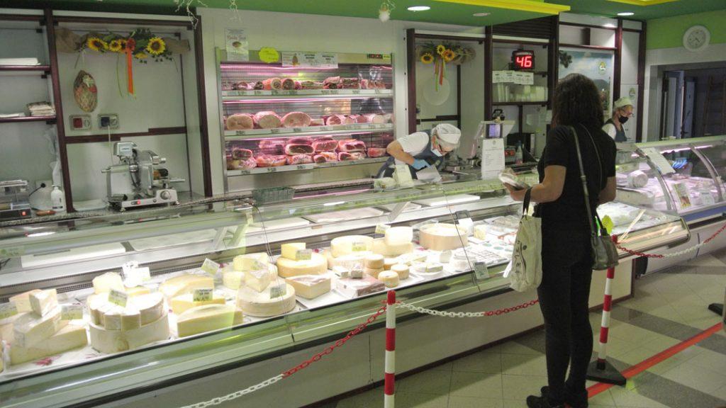 An der Käsetheke - goodstuff AlpeAdria