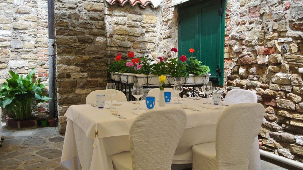 Tisch auf der Piazzetta - goodstuff AlpeAdria