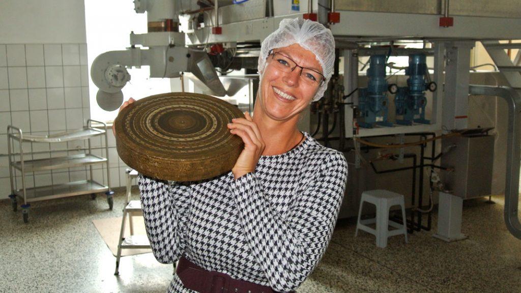 Katharina Gregori mit Bronzeform - Finkensteiner Nudelfabrik - goodstuff AlpeAdria
