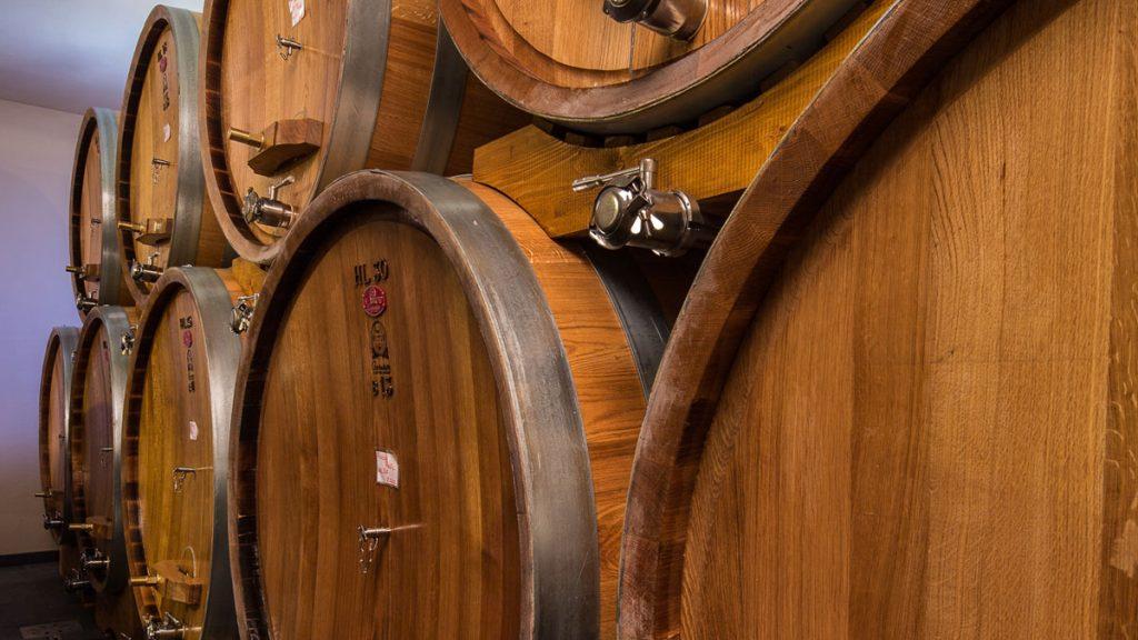 Weinfässer im Keller - © Moschioni