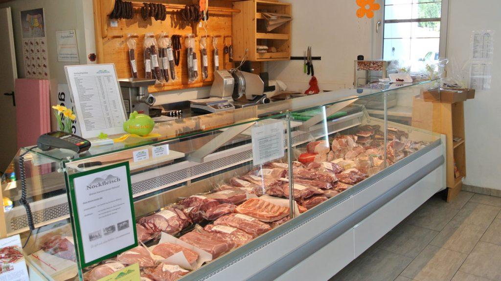 Frischfleischtheke im Bauernladen - goodstuff AlpeAdria